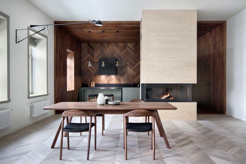 Une cuisine scandinave avec un bardage intérieur en chêne en chevron