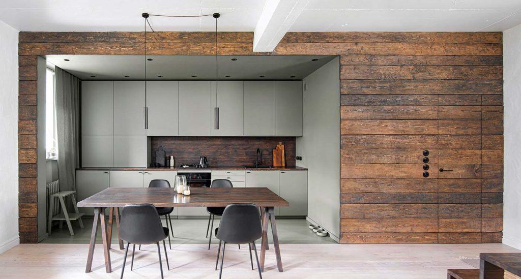 Une cuisine kaki mise en valeur par un bardage intérieur en bois vieilli