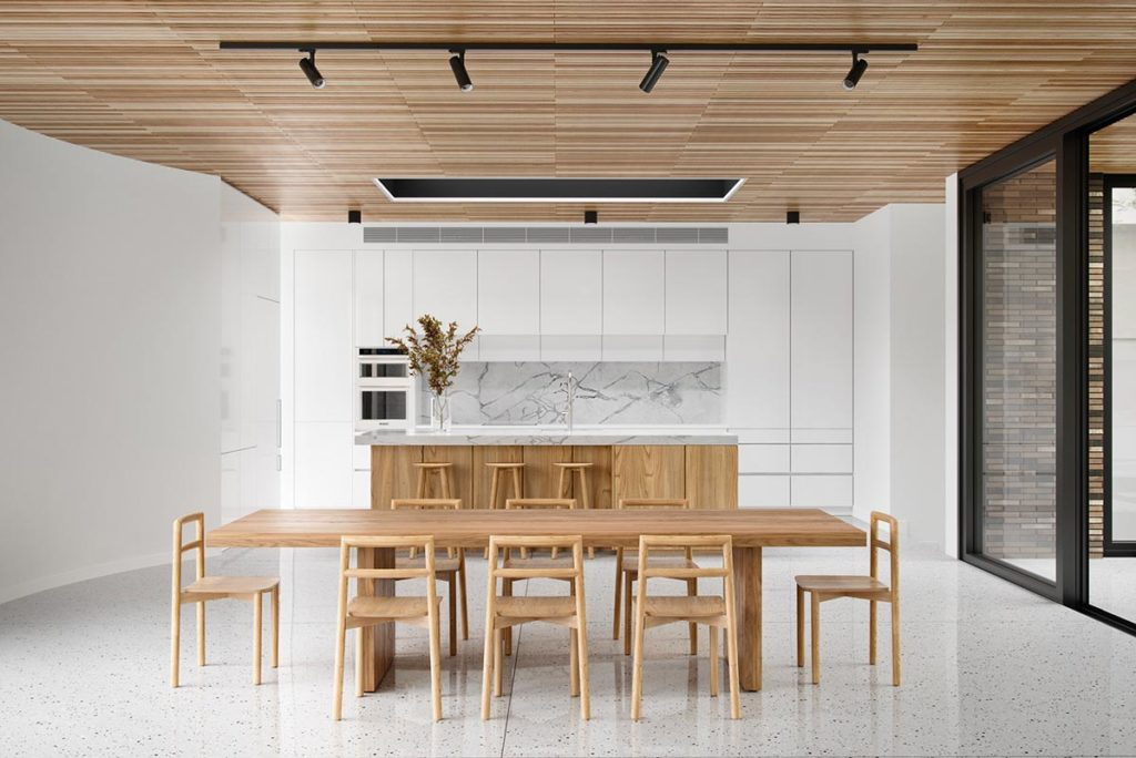 Plafond de cuisine habillé avec du bardage intérieur en bois clair