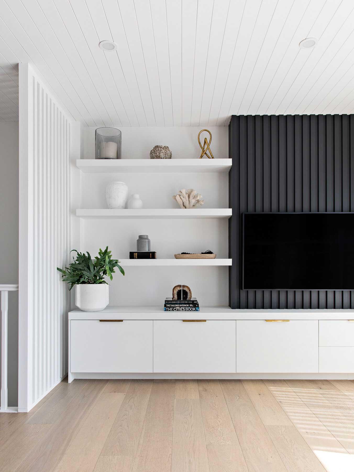 Un bardage intérieur en bois ébène dans un salon blanc