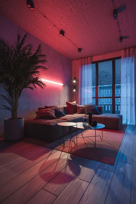 Un éclairage néon dans un salon industriel