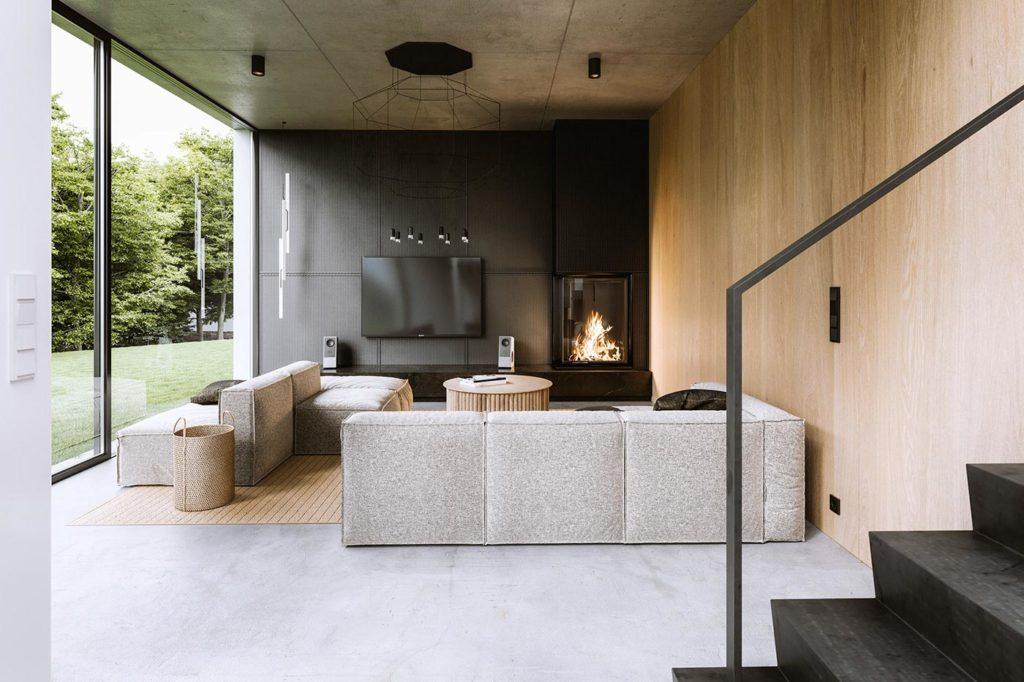 Salon design et contemporain ouvert sur l'extérieur avec un bardage intérieur en plywood