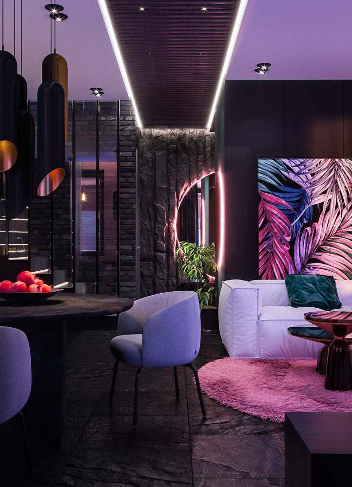 Salon tropical noir avec des éclairages néon et un miroir LED