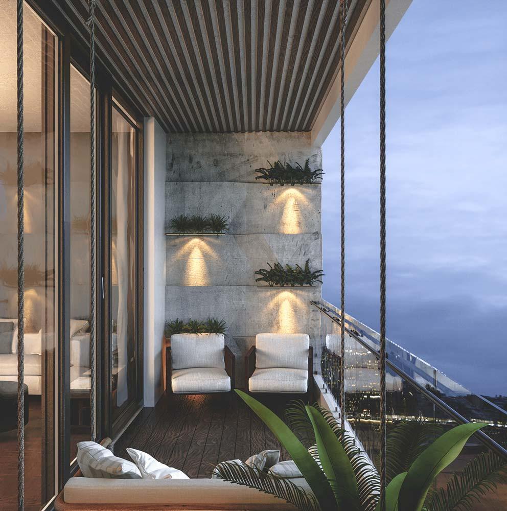Un balcon bétonné mais exotique avec des plantes, un mini-palmier et une banquette suspendue