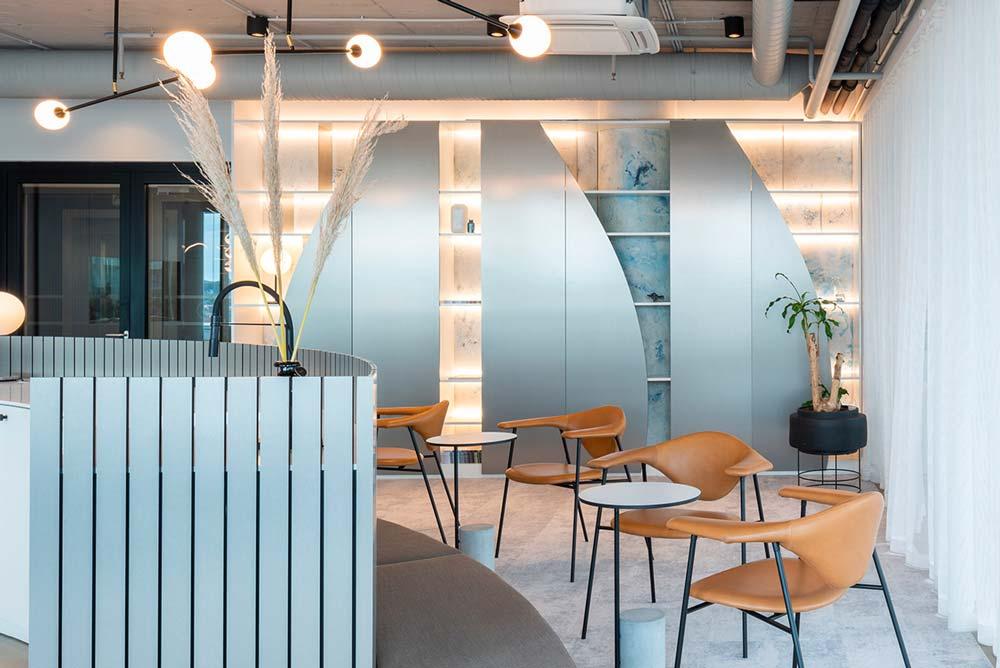 Une cafétéria d'entreprise blanche éclairée avec des néons