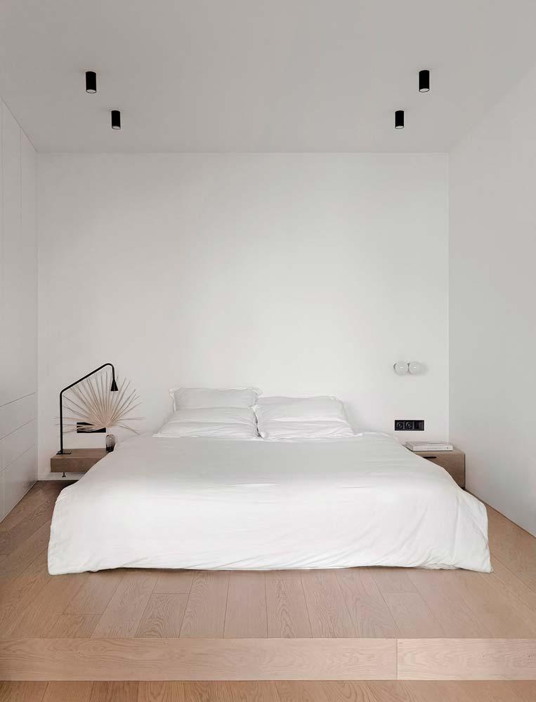 Une chambre slow life blanche avec un grand lit sans déco particulière