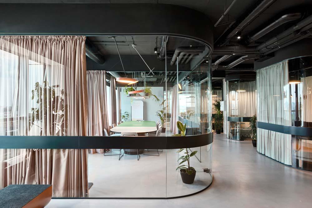 Une salle de réunion vitrée avec des rideaux pour préserver l'intimité