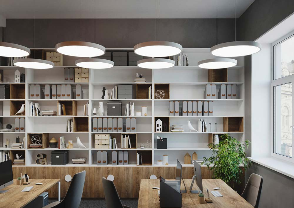 Des grandes étagères blanches à personnaliser et pratiques pour ranger les dossiers dans une salle de travail
