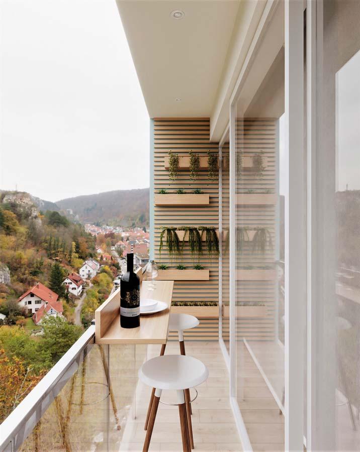 Balcon à la déco scandinave avec des jardinières suspendues, un bar suspendu pratique et des tabourets blancs