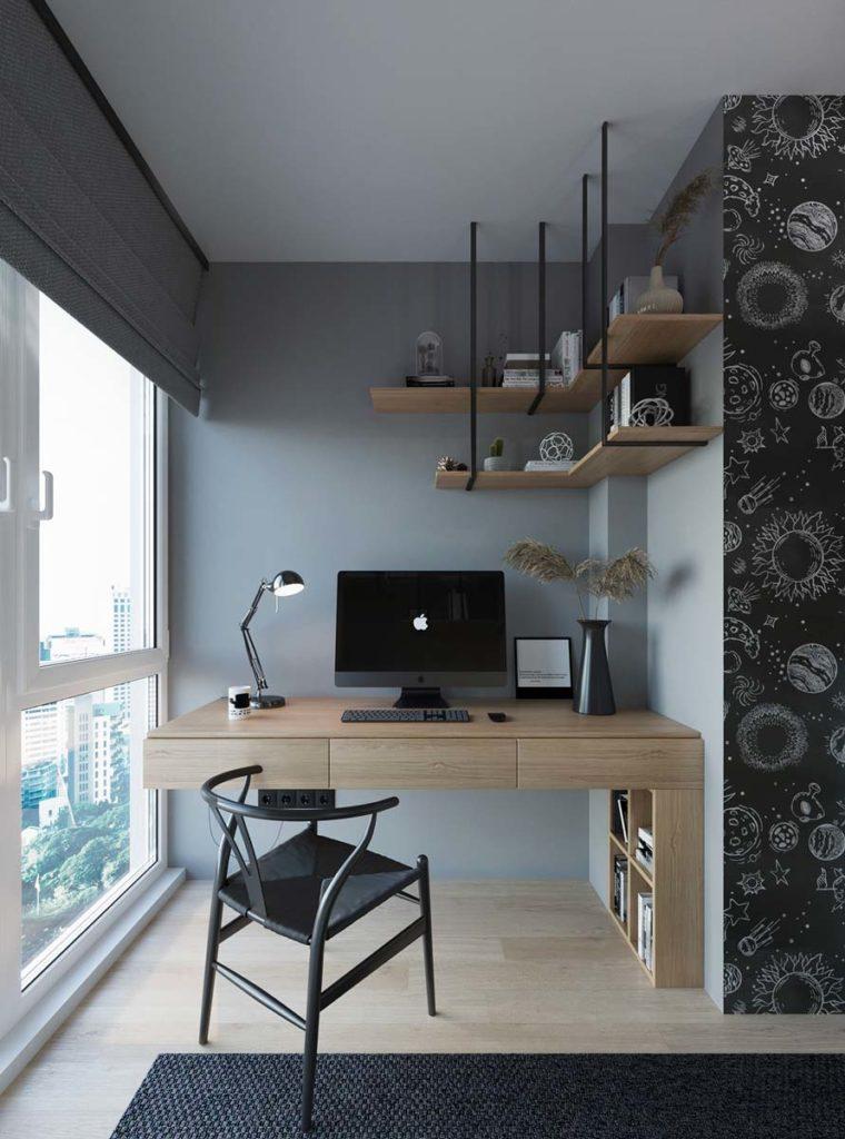Un coin bureau apaisant avec un mur blue sky et des meubles et étagères en bois blond