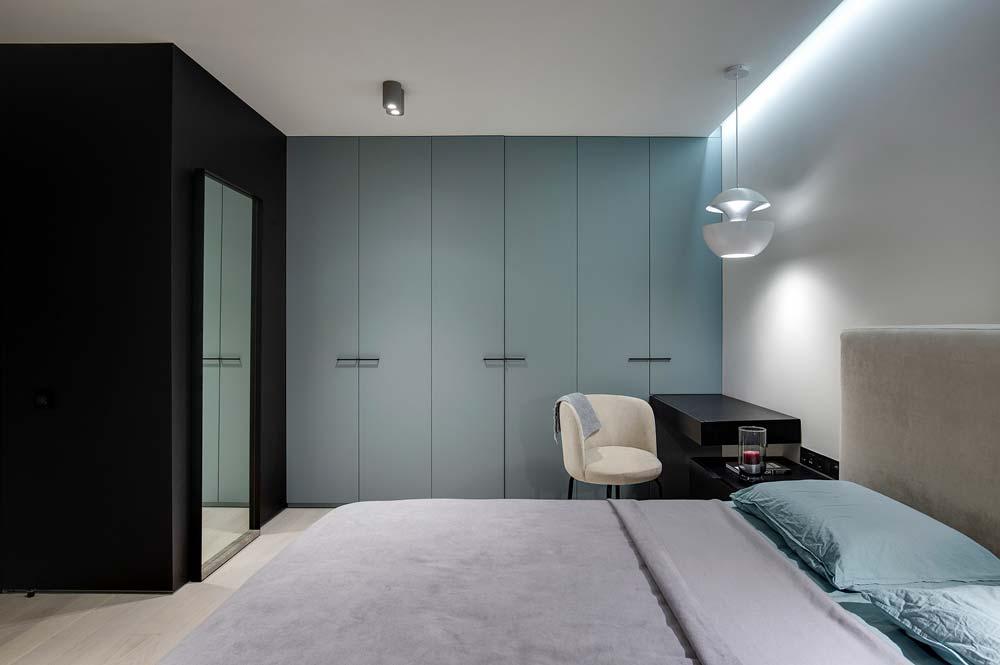 Une chambre parentale avec un lit double et un grand dressing blue sky