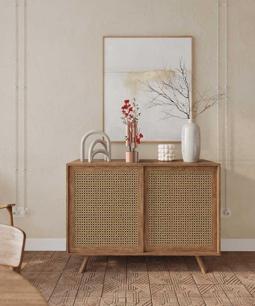 De la petite déco en tube arrondie avec un vase rose gold pour décorer un meuble vintage en bois et cannage