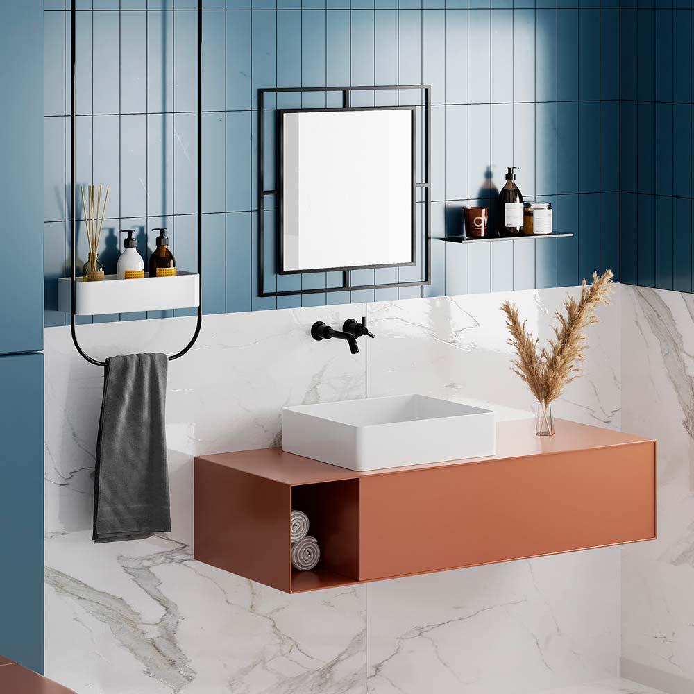 Une salle de bain chic avec du marbre blanc et un carrelage mural blue sky