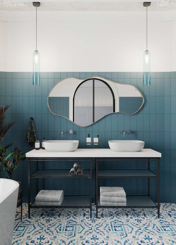 Une salle de bain avec un carrelage bleu et blanc géométrique et un carrelage mural blue sky