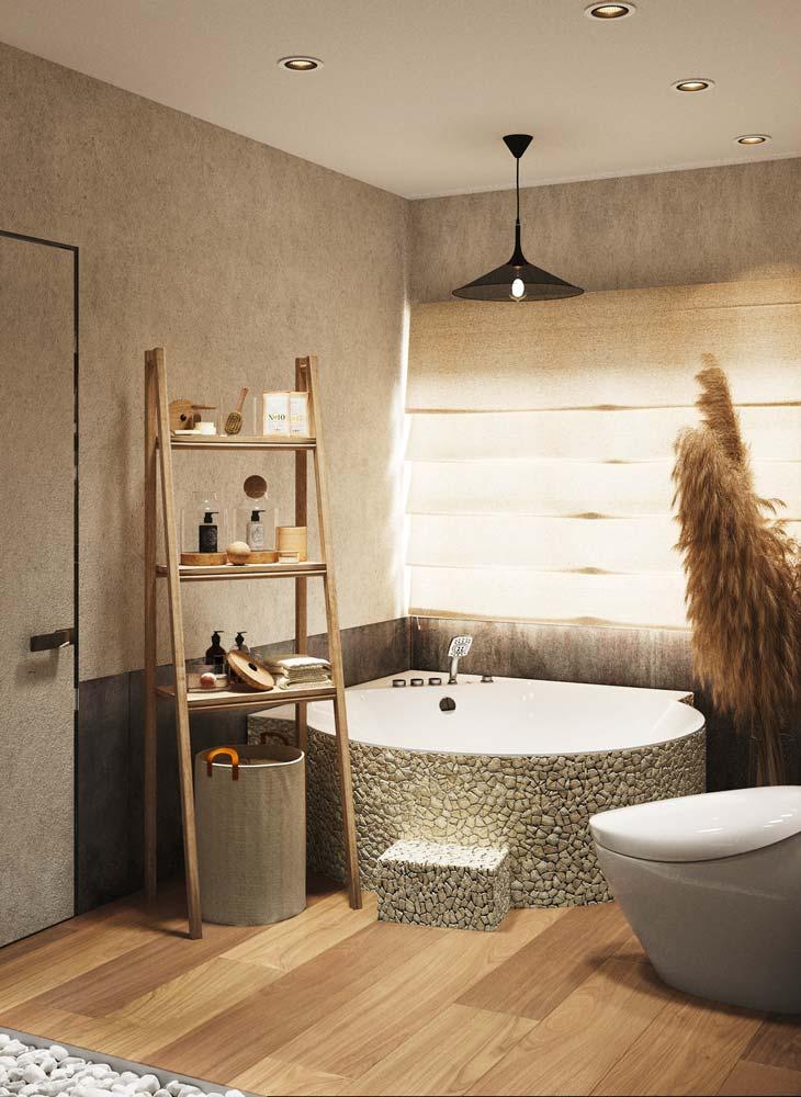 Une salle de bain dépaysante avec une baignoire qui a un revêtement en galets, une étagère en bois et des herbes de la pampa