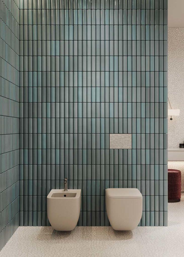 Des murs en zellige bleu irisé dans une salle de bain claire
