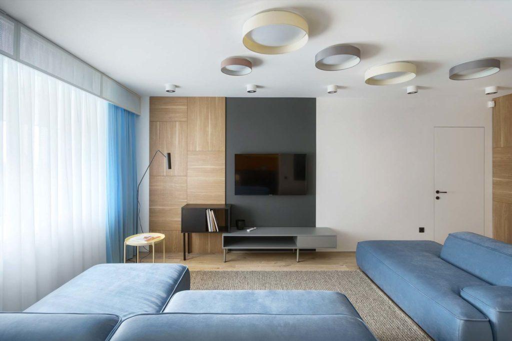 Salon chaleureux avec un grand canapé blue sky