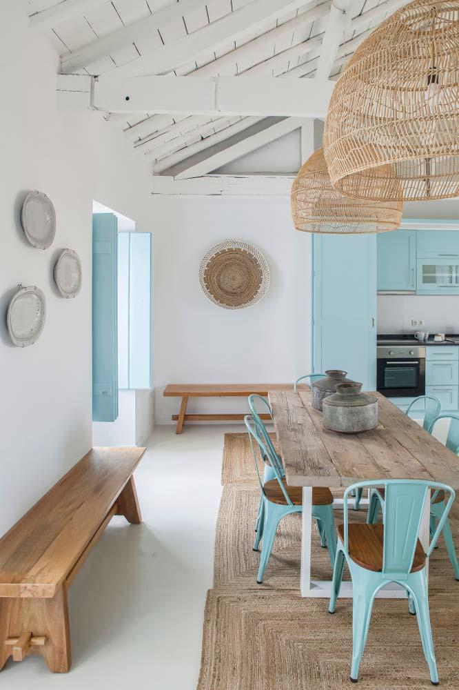 Une cuisine dans les tons blanc, bleu et sable pour un air de vacances