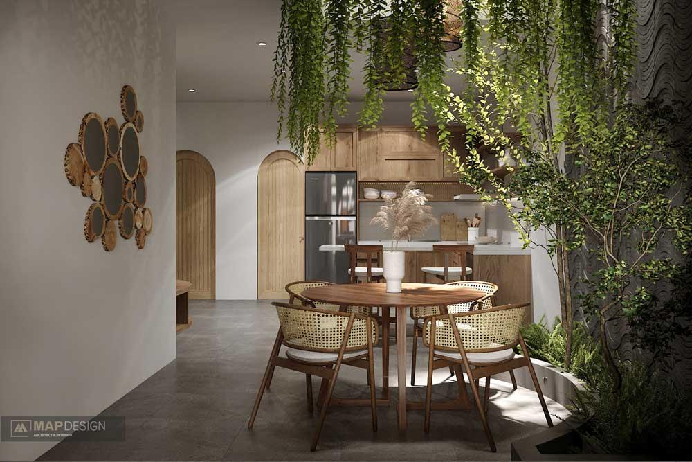 Une salle à manger en bois et en cannage avec un bac en arc de cercle rempli de plantes et d'arbres d'intérieur