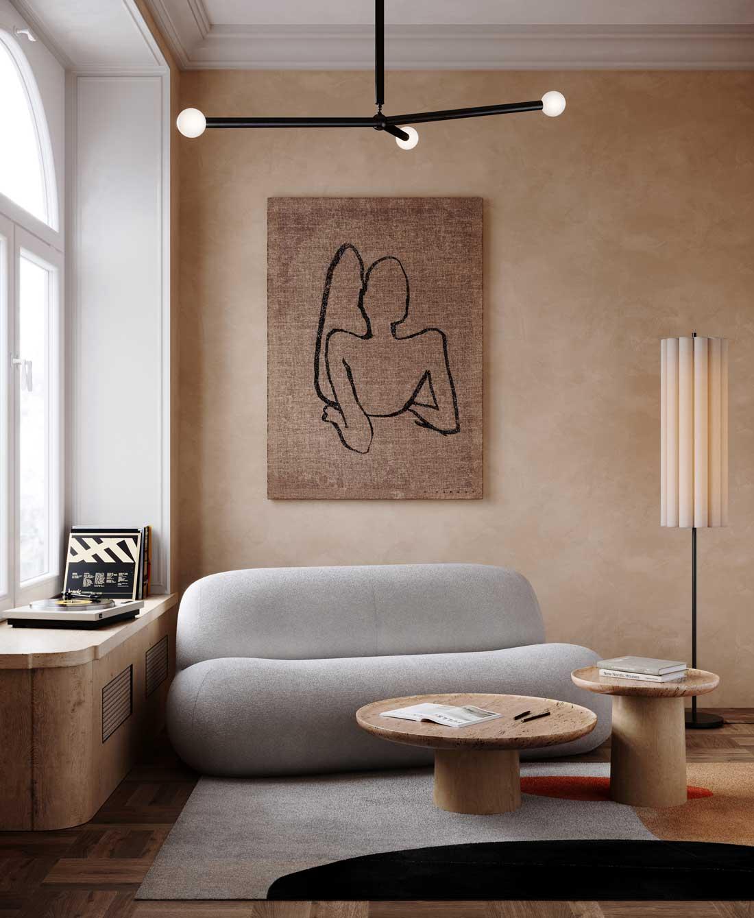 Un salon avec un canapé arrondi et un mur en tadelakt qui rend l'atmosphère chaleureuse