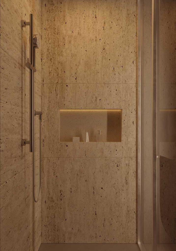 Une douche à l'italienne confortable en travertin avec une niche pour les produits de soin