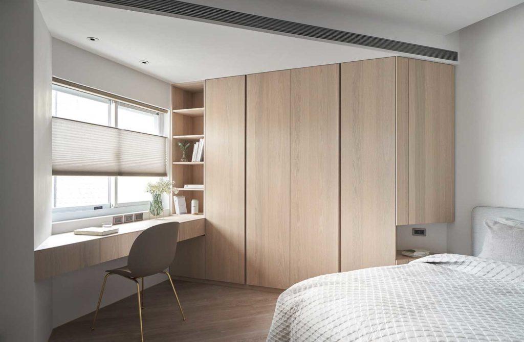 Une chambre et bureau lumineux avec du bois clair qui illumine l'espace