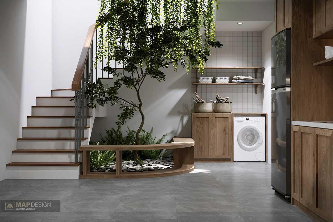 Un petit espace de végétation intérieure au bas d'un escalier apporte de la couleur et de la nature dans la maison