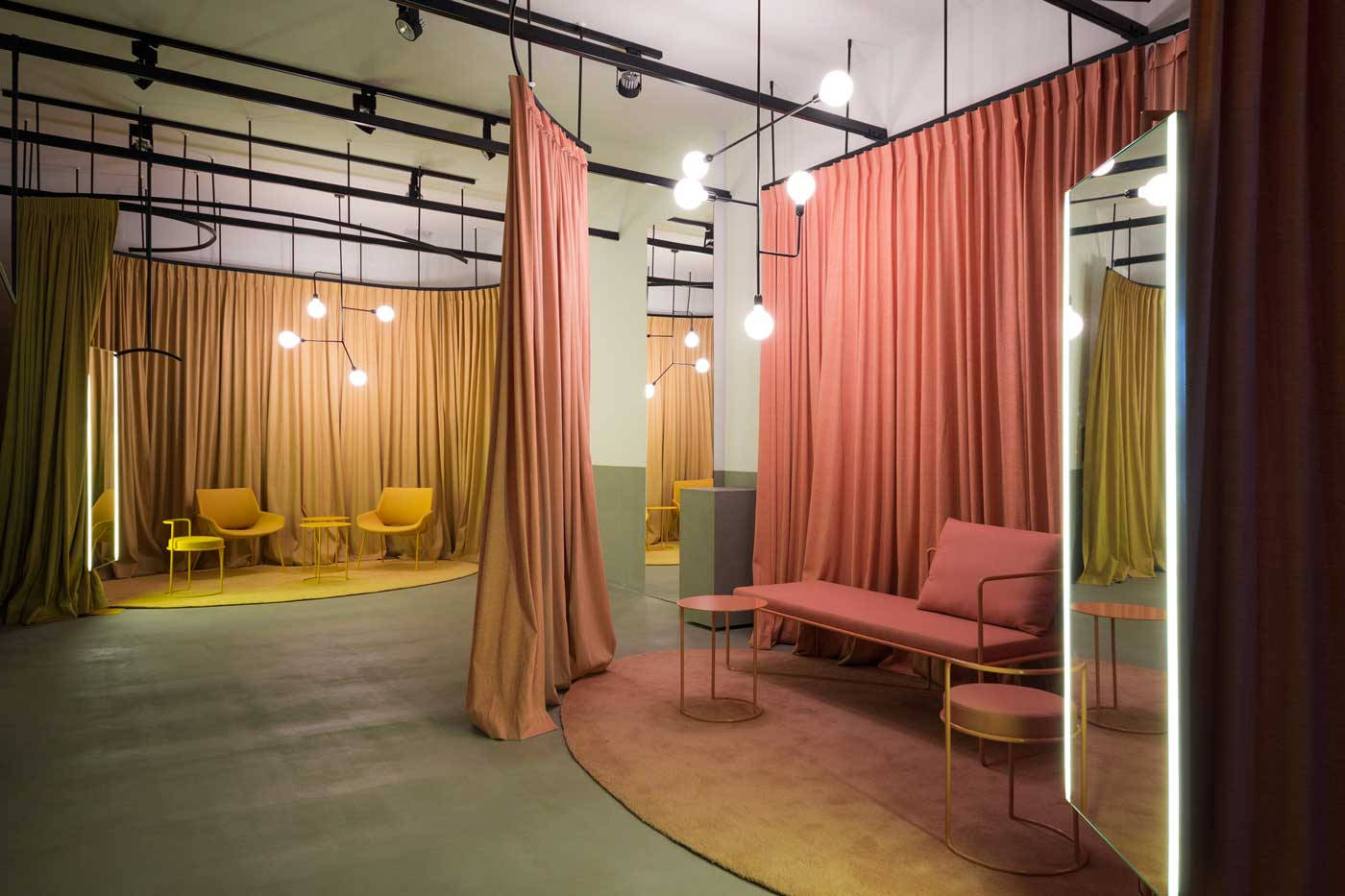 Dans les espaces commerciaux comme les showrooms, de grands rideaux font office de coins d'essayage