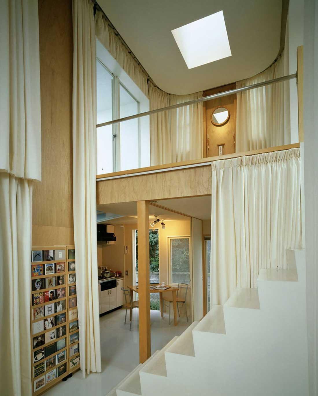Des rideaux séparent les différents espaces de la maison : rez-de-chaussée et étage, cuisine et escalier...
