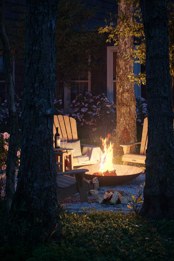 En soirée, du mobilier de jardin en bois permet de passer d'agréables moments dans le jardin autour d'un brasero