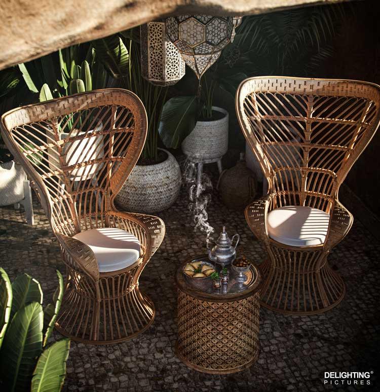 Un style ethnique avec des fauteuils de jardin et une table basse en cannage