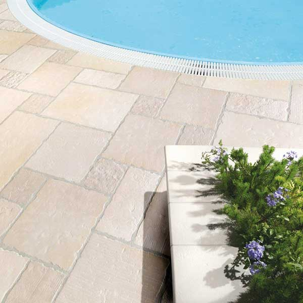 Du travertin clair posé en opus romain autour d'une piscine