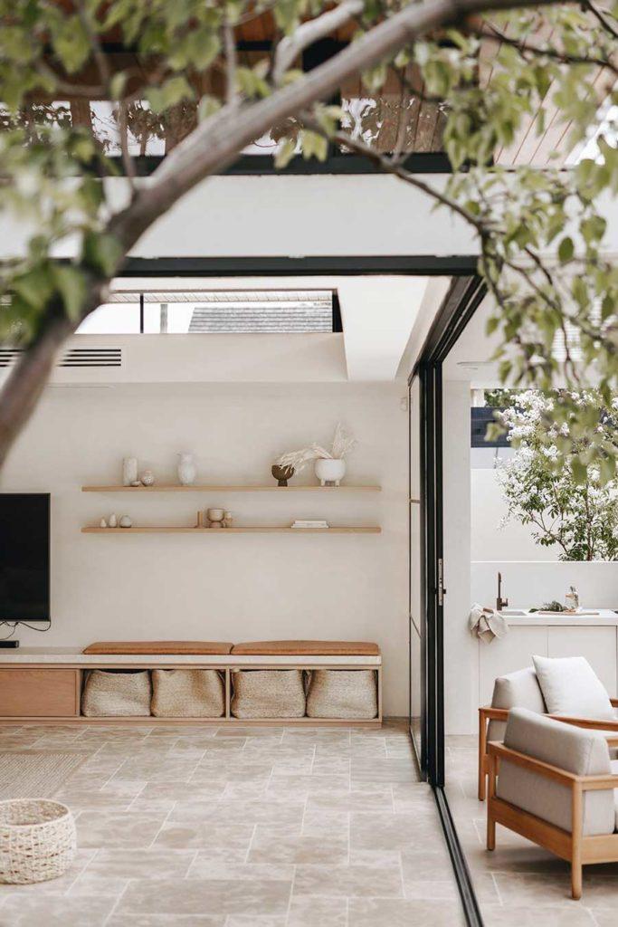 Avec une grande baie vitrée entre le salon et la terrasse, le travertin s'installe aussi bien en intérieur qu'en extérieur