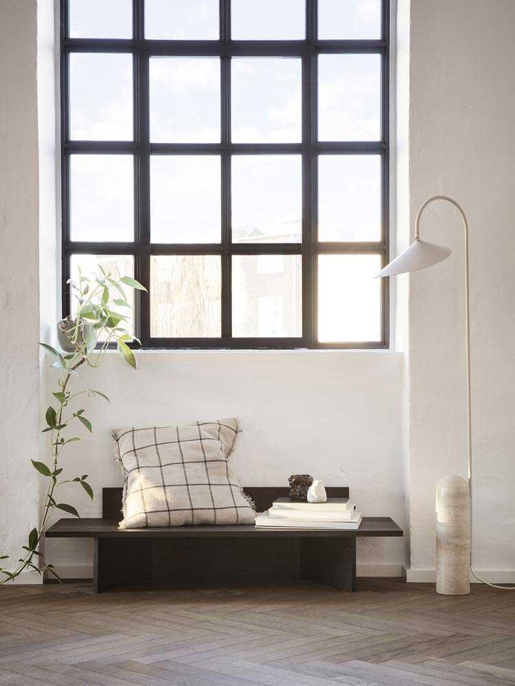 Le travertin investit discrètement nos intérieurs avec cette lampe en pierre élégante et fonctionnelle