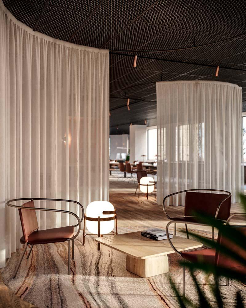 En entreprise, de grands rideaux créent des espaces de travail pour les collaborateurs