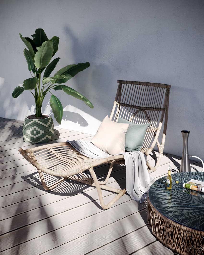Un transat au soleil sur une terrasse en bois