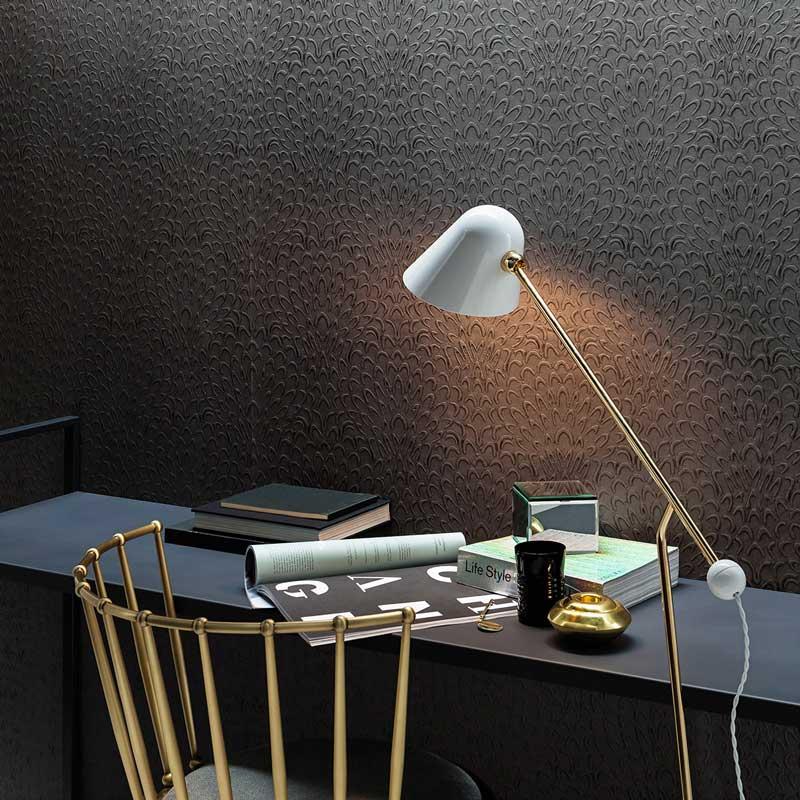 Un coin bureau avec un revêtement mural noir en relief pour une ambiance sobre et studieuse