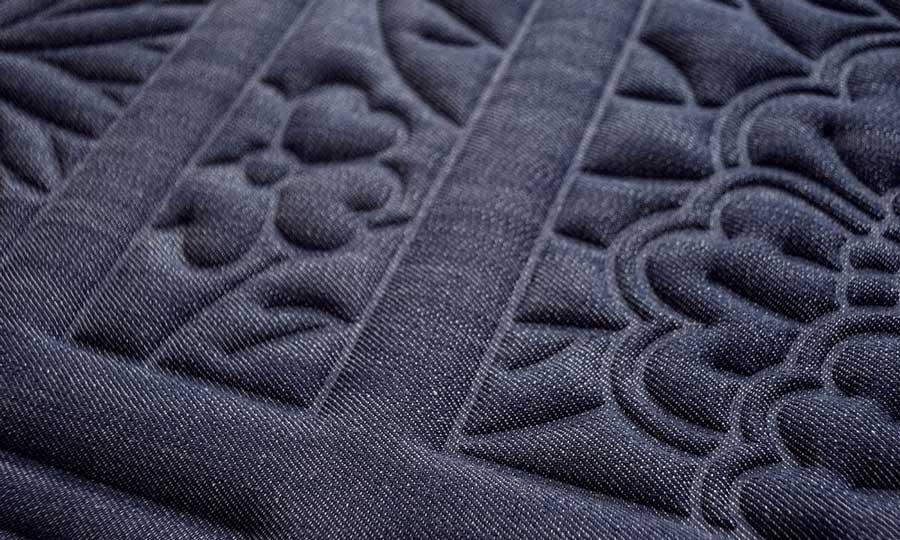 Revêtement textile mural bleu matière jean motifs végétaux