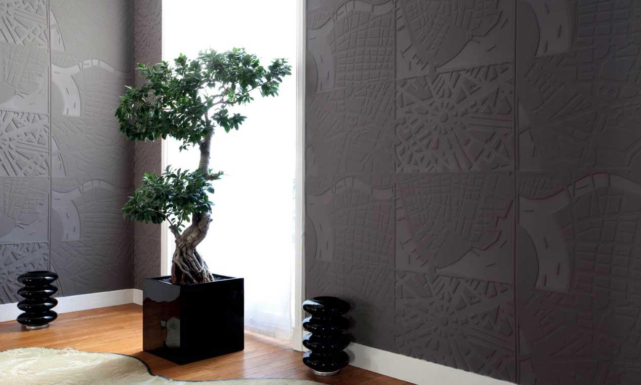 Un coin zen avec un revêtement textile mural noir aux motifs de carte géographique et un arbre d'intérieur avec un plancher en bois et de la petite déco noire
