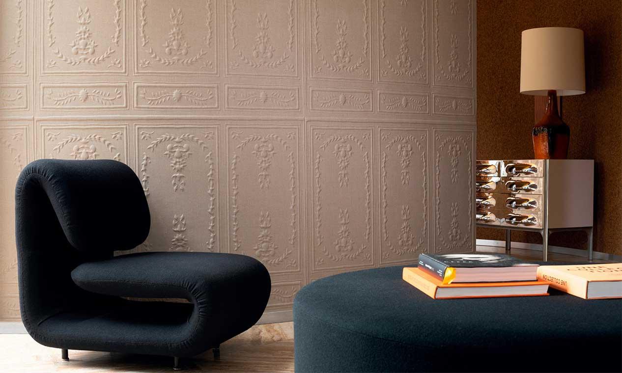 Un revêtement mural blanc avec effet moulures en relief pour un coin lecture agréable avec du mobilier en velours