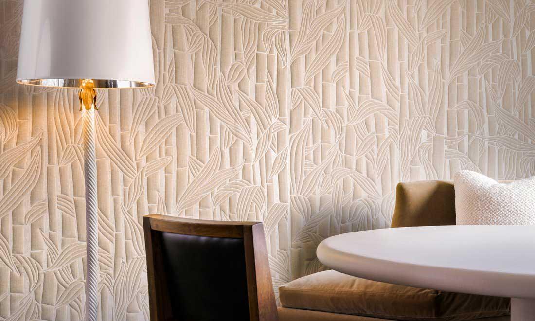 Revêtement mural blanc aux motifs de bambou pour un mur végétal factice dans un salon et salle à manger