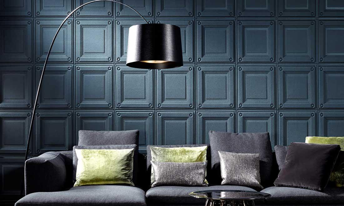 Un revêtement textile bleu gris effet plaques métalliques au mur dans un salon aux couleurs apaisantes