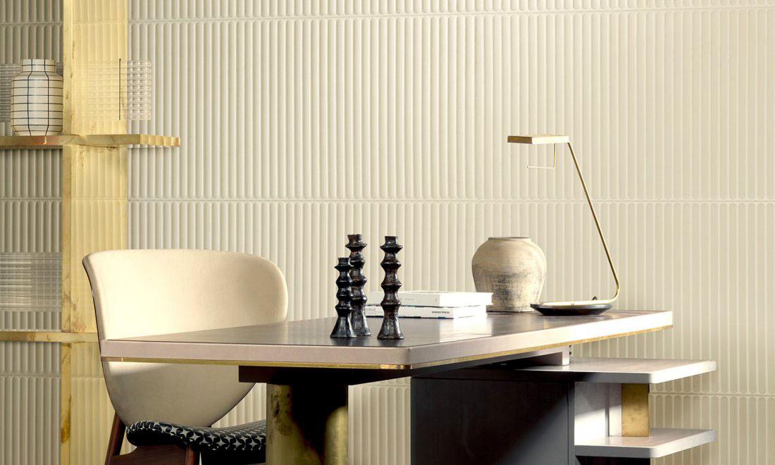 Un bureau pratique avec un revêtement mural blanc en relief ondulé