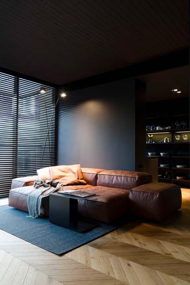 un canapé modulable en cuir dans un intérieur masculin