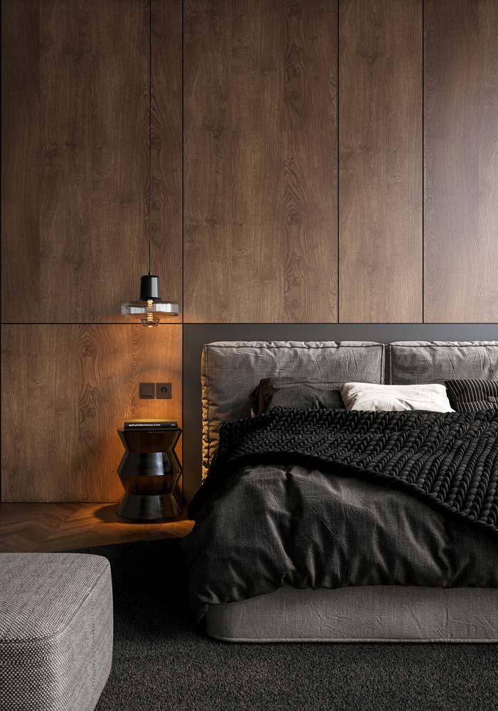 une chambre masculine avec une tête de lit en bois