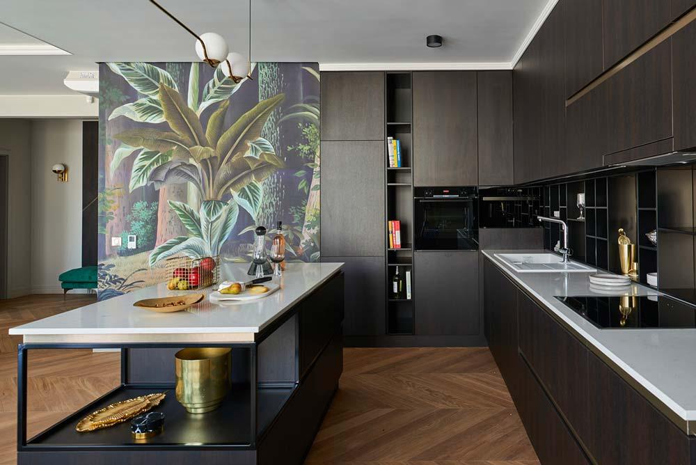 Une cuisine en chêne foncée avec un mur décorée d'un papier peint panoramique jungle
