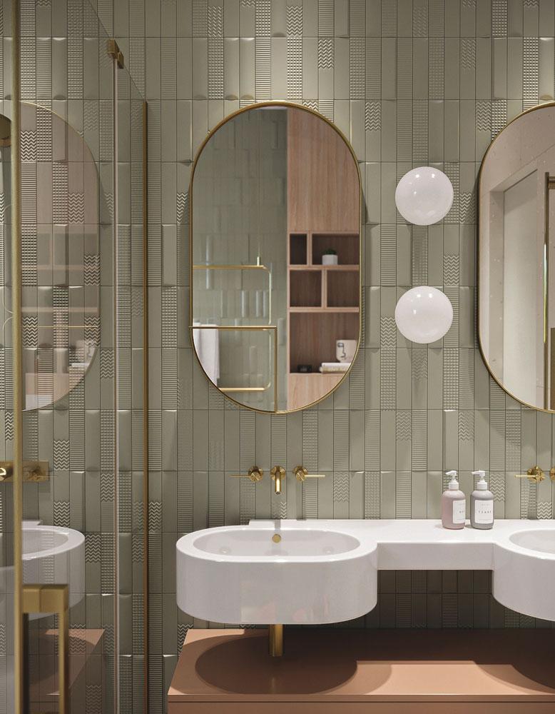 Salle de bain rétro kaki et rose poudrée avec un miroir ovale dorée des années 70